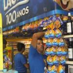 Expositores colocando ovos de Páscoa nas gôndolas de supermercado da rede Bompreço