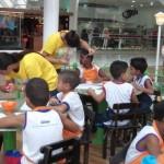 Alunos participam da Fábrica de Chocolates no Shopping Pátio Maceió