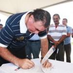 Prefeito de Maceió Cícero Almeida assina ordem de construção de nova avenida