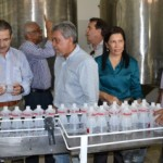 Secretário Luiz Otávio Gomes e o presidente Klécio José observam o álcool doméstico Pindorama que está prestes chegar ao mercado