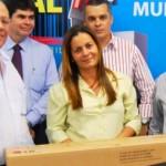 Diretor de Serviços e Produtos da CDL Maceió, Luciano José da Silva, entrega 2º prêmio à ganhadora da TV de LCD, 32 polegadas, Rosa Maria Luz