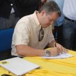 Empresário da Somart assina a ordem que dá início à construção das casas