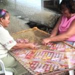 Artesãs produzindo a peça 'Caminho de mesa' de Wendy Sherry que representará o Estado de Alagoas