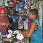 Microempresário Paulo Rafael, em sua loja de utilidades, no bairro do Benedito Bentes II
