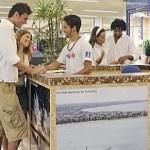 Turistas buscam informações no balcão de informações na capital alagoana