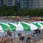 Orla marítima cheia de turistas é resultado do aumento no fluxo de passageiros no Aeroporto Zumbi dos Palmares