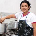 Empreendedora Maria Cícera Lima, proprietária do restaurante Comida Caseira Lá em Casa