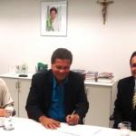 Da esquerda para direita, o gerente da Agência Maceió Centro, Enildo Lemos, o presidente do Sintaxi, Ubiraci de Lima e o superintendente Estadual do BNB em Alagoas, Antônio César de Santana, na assinatura da parceria