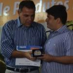 Presidente do Sindleite, Ricardo Ramalho, entrega medalha ao diretor do Laticínio Batalha, Aldemar Monteiro, presidente da CPLA