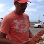 Turista escolhendo artesanato no Mirante São Gonçalo