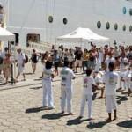 Turistas quando desembarcam dos transatlânticos são recepcionados por grupo de capoeiras e danças folclóricas
