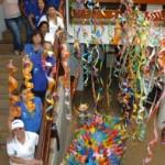 Equipe da Slum confere decoração de carnava