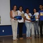 Representantes das unidades de ensino recebem troféu de premiação por incentivo ao desenvolvimento de projetos sociais