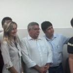 Empresário Adário Queiroz Monteiro acompanhado do filho Aldemar Monteiro, presidente da CPLA, e de produtores de leite do Sertão no fórum de Santana do Ipanema, onde ocorreu o leilão da Camila