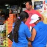 Agentes aplicam questionário em visita às avícolas