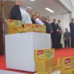 Governador Teotonio Vilela em discurso na inauguração da Bauducco, em Rio Largo, observado por empresários e políticos