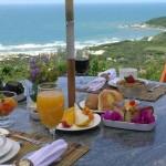 Café da manhã em lugar paradisíaco é um convite para a comemoração do Dia dos Namorados
