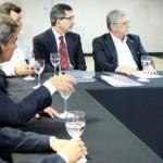 Secretário Luiz Otávio Gomes, governador Teo, prefeito Cristiano Matheus e empresário discutem a instalação da indústria