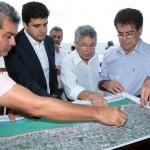 Prefeito Rui Palmeira e secretário de Infraestrutura conhecem as obras de engorda da praia em Jaboatão dos Guararapes