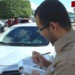 Agentes multam motoristas que estacionam veículos irregularmente