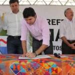 Prefeito assinando ordem de serviço das obras a serem executadas no bairro da Santa Lúcia