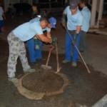 Funcionários da Casal trabalhando na desobstrução de esgotos