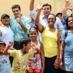 Prefeito Rui Palmeira e vice Marcelo Palmeira celebram a assinatura da obra em meio aos moradores