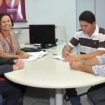 Empresário Fagner Freitas assina contrato no Banco do Nordeste ao lado gerente de Negócios Julio Cesar Mendes Silva