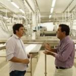 Empresário Rildo Ferraz e secretário de Agricultura José Marinho durante visita às instalações da fábrica