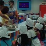 Cozinha infantil é um espaço para as crianças conhecerem e experimentarem as comidas saudáveis