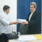 Presidente da CPLA, Aldemar Monteiro, entrega demanda da nova indústria ao secretário de Agricultura, Álvaro Vasconcelos