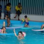 Garotada se diverte na piscina