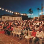 Adultos e crianças assistem juntos os filmes levados ao interior pelo Cine Sesi
