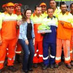 A gerente de marketing da Estre Ambiental, Gabriela Leite, junto com alguns dos garis da Viva Ambiental, durante a comemoração do Prêmio PEX Coleta, conquistado pela unidade alagoana