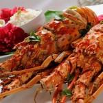 Deliciosos pratos de lagosta são servidos aos participantes do festival