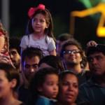Crianças, pais e mães acompanhara as apresentações dos artistas na orla de Maceió