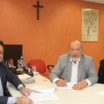 Superintendente do Banco do Nordeste, Antônio César, presidente da Fiea, José Carlos Lyra e o gerente Caius César Bezerra, durante assinatura do convênio na sede da superintendência do banco em Alagoas