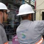 Técnicos da Eletrobras combatem as ligações clandestinas