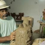 O artista que moldura o barro criando formas e figuras diversas que conquistam o mundo