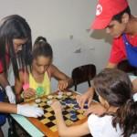 Crianças se divertem com jogos educativos