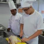 Aluno Luan, observado pelo Chef Executivo Cícero Harri, avaliador da ocupação de Cozinha e também instrutor do Senac Alagoas