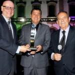 Ênio Lins recebe o Prêmio Braskem-Flimar das mãos do prefeito Cristiano Matheus ladeado pelo secretário de Cultura, Carlito Lima