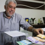 Presidente da Cooperativa Pindorama, Klécio Santos, apresenta a moeda social Bertholet