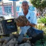Produtor feliz comercializando feijão guandu