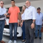 Presidente da Fecomércio, Wilton Malta, entrega da chave zero km ao ganhador Everton Yago de Oliveira