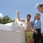 Governador Renan Filho e secretário de Agricultura durante entrega de cisternas nas escolas