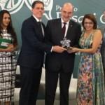 Secretário de Estado do Desenvolvimento Social, Antônio Pinaud, coordenadora estadual do programa Bolsa Família, Maria José Cardoso recebem premiação em nível nacional