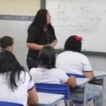Professora transmitindo conhecimentos sobre a matemática