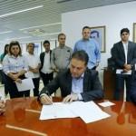 Governador Renan Filho assina decretos ao lado do presidente da Fiea, José Carlos Lyra, observado e apoiado por demais empresários e autoridades