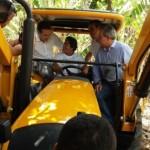 Governador Renan Filho e o secretário Álvaro Vasconcelos entregam novo trator ao Assentamento Rural em Murici